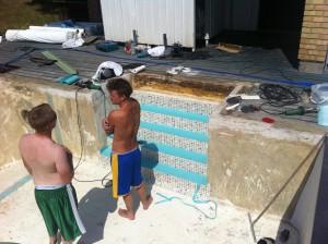 Trappan börjar ta form, snygg färgkombination med turkos anti-slip och persia sand.